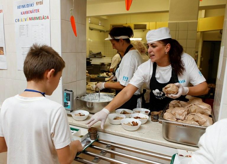Porubské děti ochutnaly jídlo šéfkuchaře Valíčka