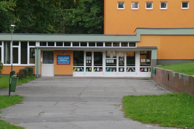 Základní škola Aleše Hrdličky je kvůli Covidu-19 uzavřena
