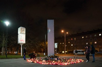 Radní schválili peněžitý dar obětem útoku ve fakultní nemocnici
